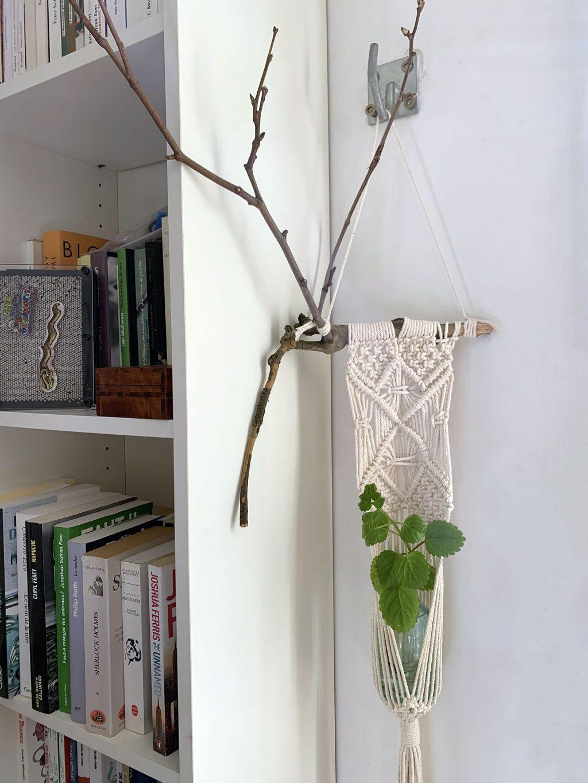 macramé suspensions plantes branche relief - La Revue Vertu