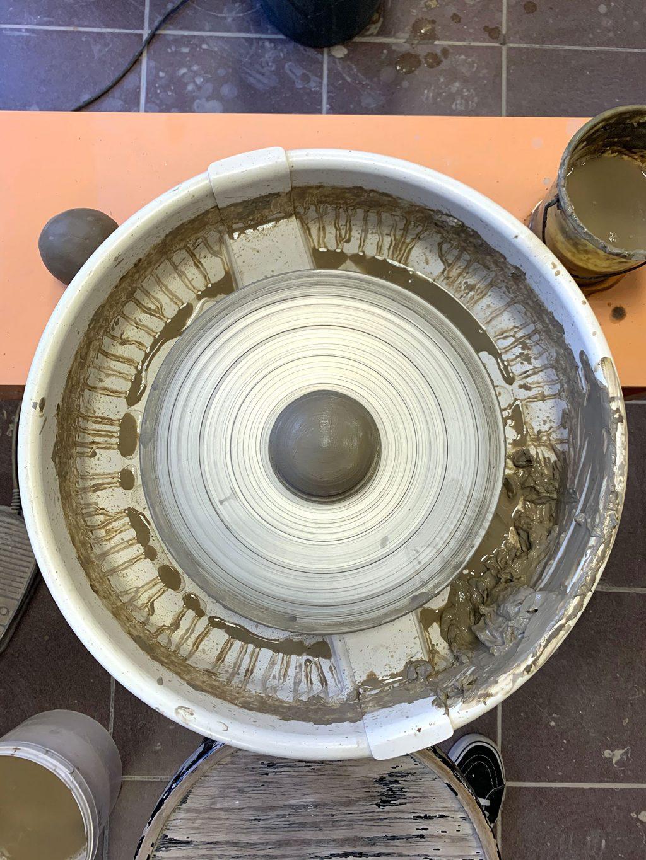 La barbotine tout autour - stage de poterie tournage paris Argilerie
