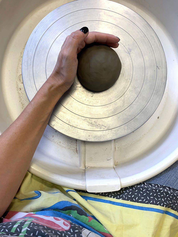 Le placage de l'argile - stage de poterie tournage paris Argilerie
